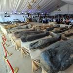 Újabb 59 érintetlen szarkofágot ástak ki Egyiptomban, az egyiket már felnyitották – videó