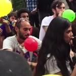 Videó: Tömegesen szívták a nevetőgázt a londoni parlament előtt