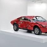 Így lesz műalkotás egy totálkáros Ferrariból