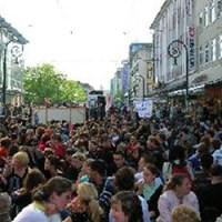Tüntetnek