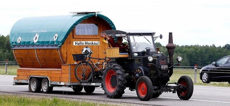Nyolcvanéves traktorral indult a focivébére a német fanatikus