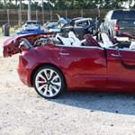 Bekapcsolta a robotpilótát a Tesla sofőrje, 10 másodperc múlva halálos balesetet szenvedett