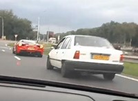 Videó: Tapadt az öreg Opel a Ferrarira, nem volt menekvés