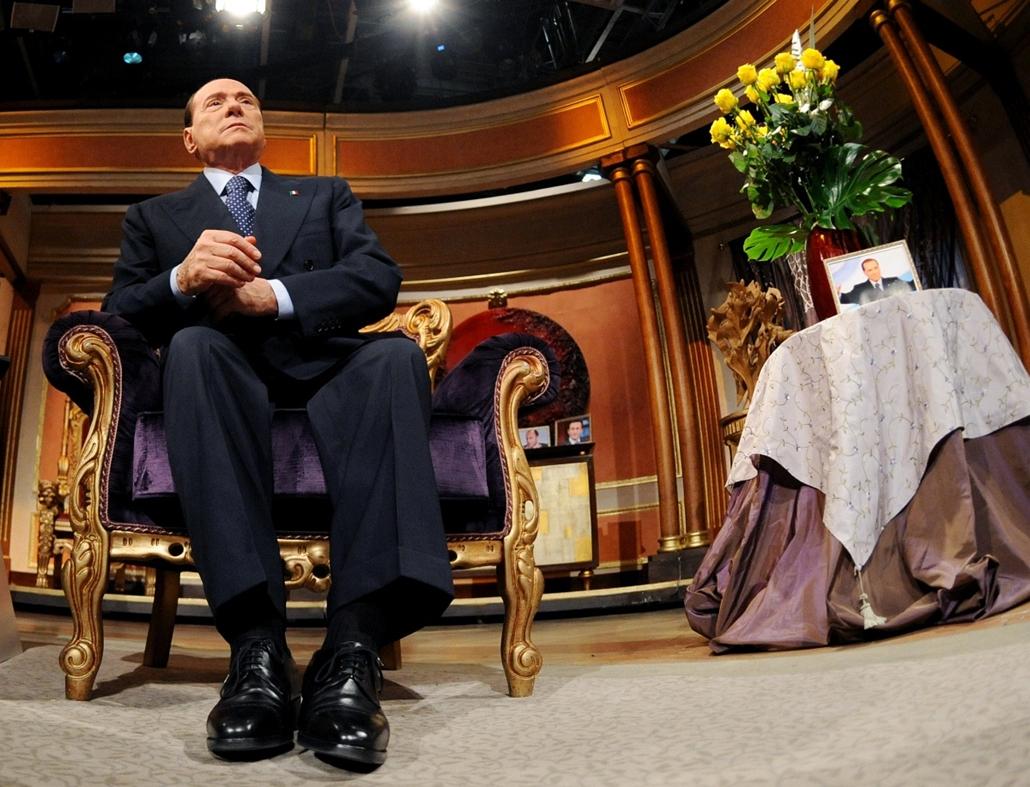Nagyításgaléria - Silvio Berlusconi, a jobbközép Szabadság Népe (PdL) párt miniszterelnök-jelöltje, volt kormányfő a Rai 2-es televízió Telecamere című műsorában Rómában.