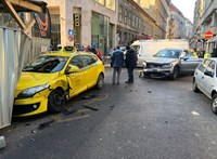 Összetört egy taxi meg egy autó a Dohány utcában