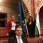 Mesterházy fejmosást kapott a parlamentben, mert az EU-zászlót fotózta