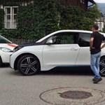 Videó: kiugrott a sofőr az ablakon, a BMW i3 nélküle is leparkolt