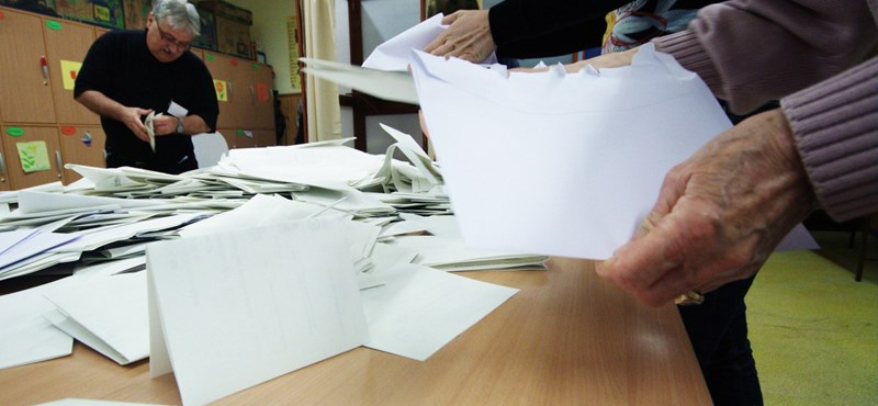 Már bontják a külföldi szavazatokat tartalmazó urnákat