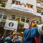 A transzparensektől a mémekig: nyelvében tüntet a nemzet