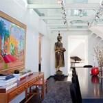 Elegáns svéd luxusvilla, átlátszó padlóval két szint között
