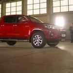 Videó: így húznak el apró távirányítós autók egy igazi Toyotát
