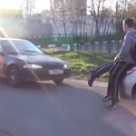 Videó: közelharcot vívnak az autósokkal az orosz gyalogosok