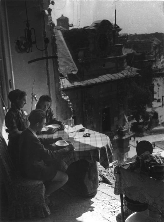 Ebéd a romos erkélyen,1945/1964 - Magyar sorsok és életművek - Nagyítás-fotógaléria, kiállítás