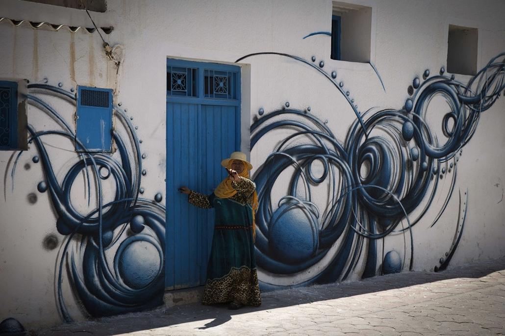 afp. Tunézia, freskófalu 2014.08.07. Erriadh, Djerbahood, Mehdi Ben Cheikh