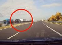 Videón, ahogy a rendőrök sorra buktatják le a szabálytalan kamionosokat az M7-esen