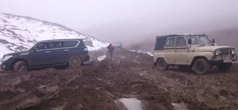 A nap videója: így ment ki egy ősrégi UAZ a sárból egy új Nissan Patrolt