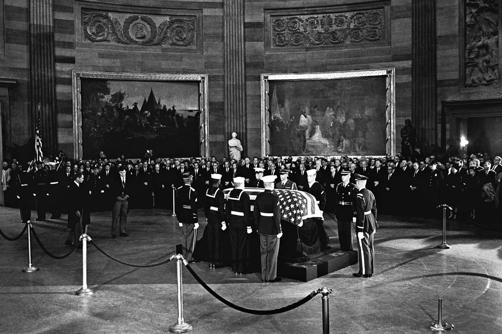 63.11.24. - Washington, USA: díszőrség Kennedy koporsója mellett a Kapitóliumban(?). - John F. Kennedy, John Fitzgerald Kennedy