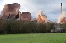 Felrobbantottak négy óriási hűtőtornyot Angliában – videó
