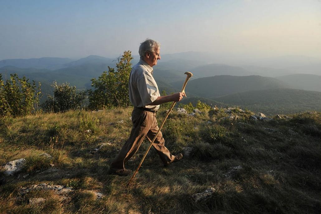 Sólyom László köztársasági elnök a Bükki Nemzeti Parkban, a 950 méter magas Tar-kő csúcson gyalogtúrázik, országjáró sorozata részeként, ajándékba kapott, faragott sólyomfejes sétabotjával a kezében.