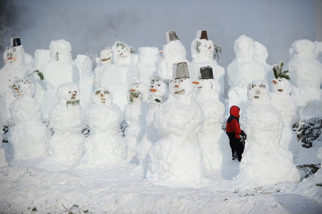 afp. 2011.12.29. hóember, Moszkva, - child walks amidst the numerous snowmen built in a park in central Moscow, on December 29, 2011. New Year's is the biggest holiday of the year in Russia, and is followed by the Orthodox Christmas on January 7.