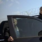 Orbán kínos helyzetében füstgránátot dobott a civilekre