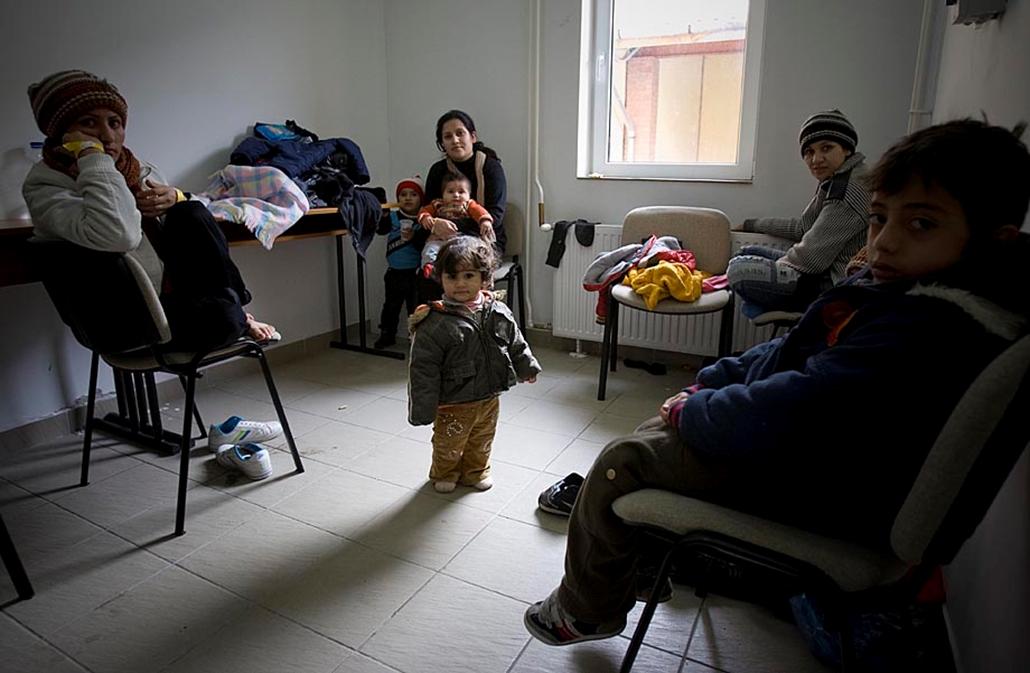 Afgán menekültek elfogás után a rendőrségi fogdán - embercsempészek, menekültek, illegális határátlépés, határőrség, rendőrség,
