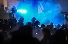 Késő éjszakáig tüntettek a fővárosban, a Kossuth téren és a Nyugatinál is összetűzés volt a rendőrök és a tüntetők között