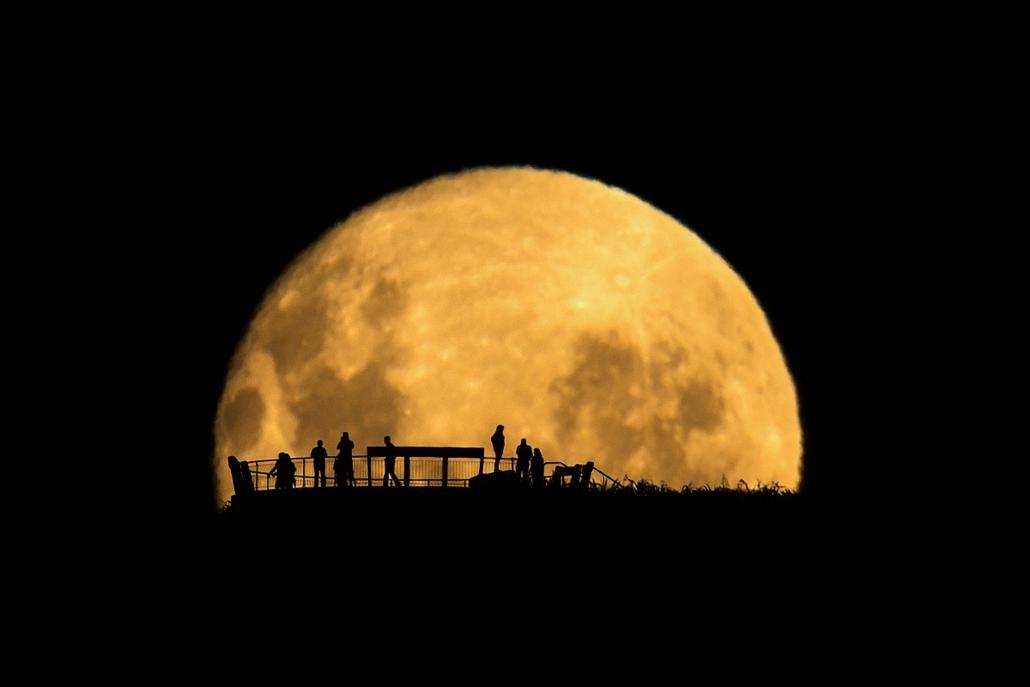 ''People and Space'' kategória, 1. helyezett: Moon Silhouettes . - Brit Királyi Obszervatórium, Astronomy Photographer of the Year 2013.