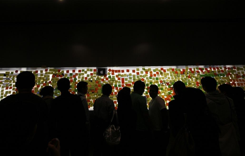 Megemlékezők részvétnyilvánító üzenetei egy Hong Kongi Apple üzlet ablakán - Steve Jobs évforduló -nagyítás