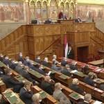 Az alkotmánymódosításról és a választási törvényről is tárgyal a parlament szerdán