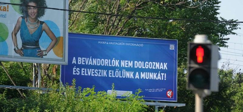 Fotó: Kikerültek a Kétfarkú Kutya plakátjai