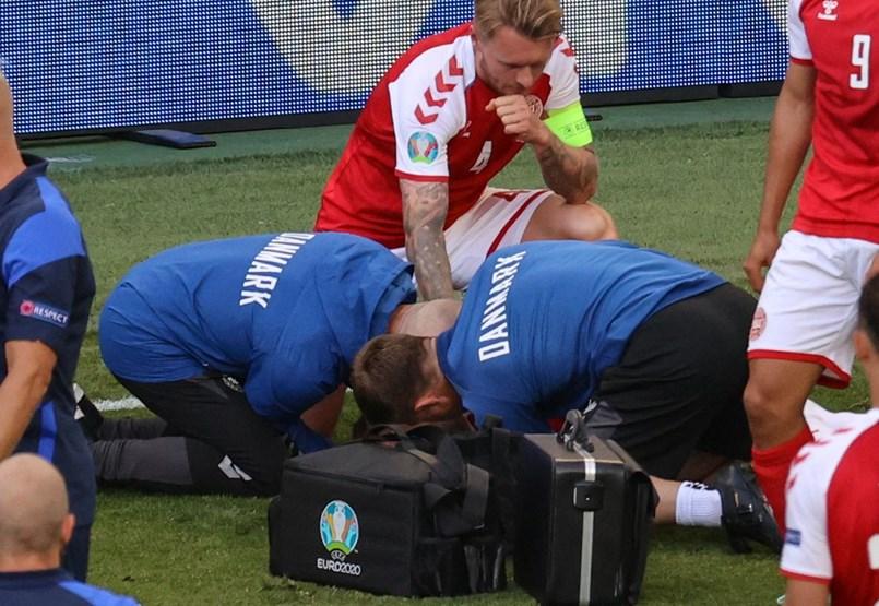 Összeesett a pályán Christian Eriksen, az életéért küzdenek