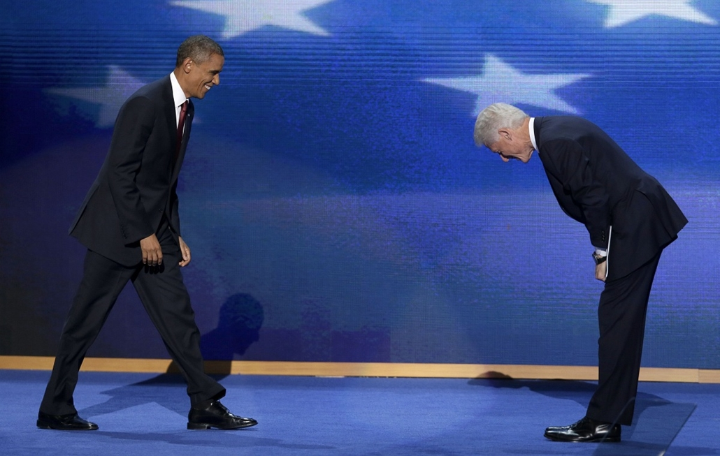 Bill Clinton, korábbi amerikai elnök hajol meg beszéde után Barack Obama előtt a Demokraták Konvencióján. - Hét képei - nagyítás