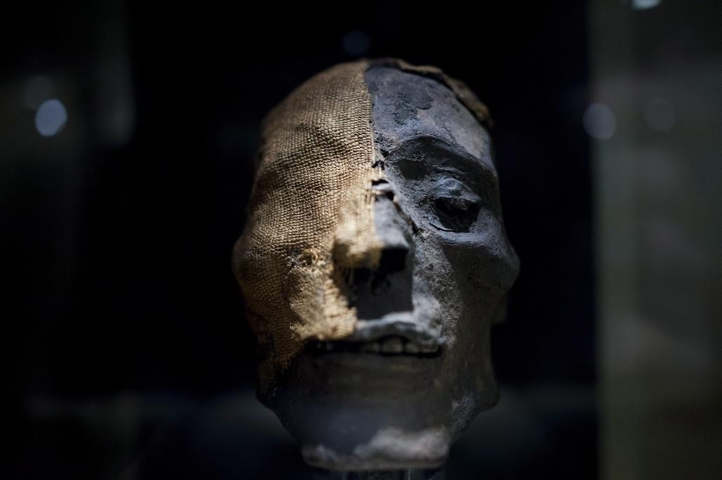 mti. Múmiakiállítás nyílik a Magyar Természettudományi Múzeumban2014. szeptember 23. Múmiafej a Múmiavilág című kiállítás sajtóbemutatóján a Magyar Természettudományi Múzeumban 2014.09.23-án. Az október 1-jén nyíló időszaki tárlat öt földrész múmiáit muta