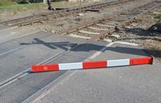 Két vasúti sorompót rúgott le menőzésből egy fiatal
