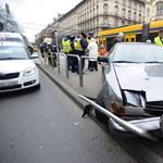 Villamosmegállóba hajtó kocsi gázolt a Nagykörúton - fotók