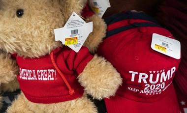 Már féláron árulja Trump piros sapkáját a Fehér Ház ajándékboltja