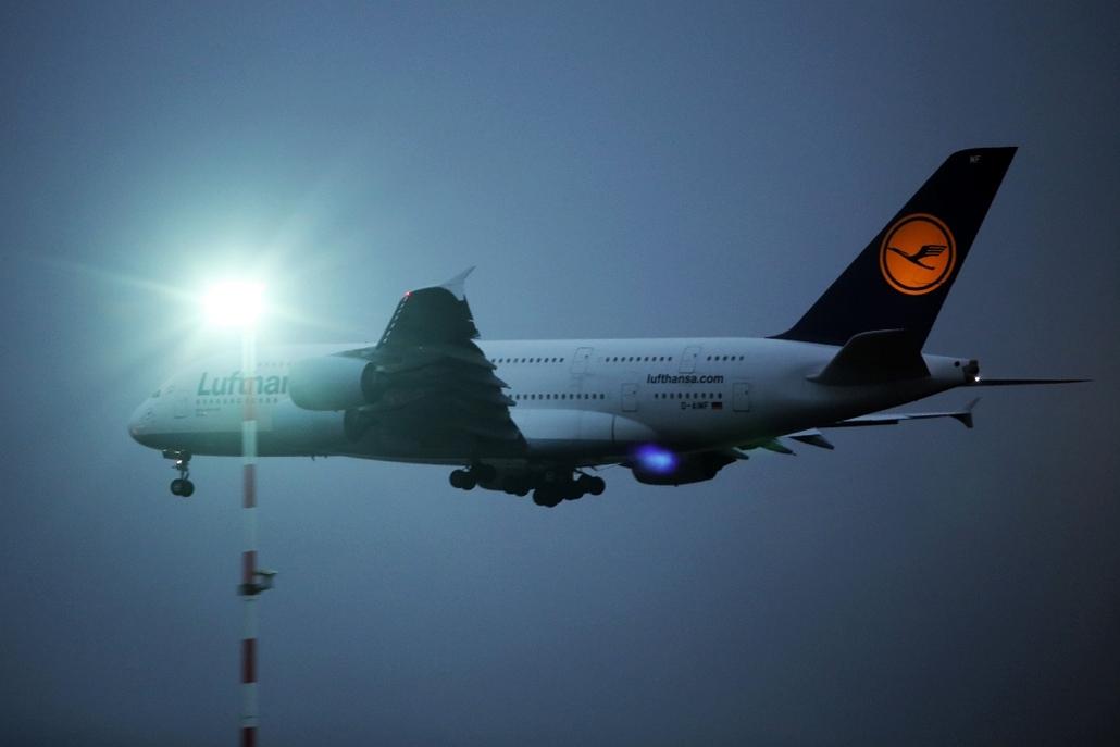afp.14.12.02. - Wiesbaden, Németország: Lufthansa gépek a kifutú mellett - Lufthansa, sztrájk, pilótasztrájk, repülőgép