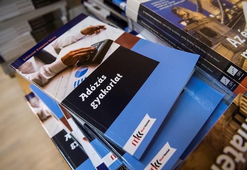 Itt vannak a következő tanév tankönyvei, megvan a tankönyvjegyzék