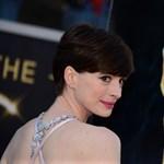 Anne Hathaway is Angelina Jolie nyomdokaiba lépett