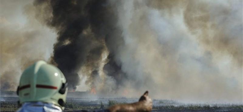 A lángoló Hortobágyot oltják a tűzoltók – videó