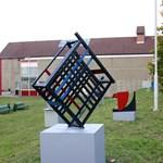 Nem tetszett: kiátkozták a modern szoborparkot a veszprémi gimnáziumból