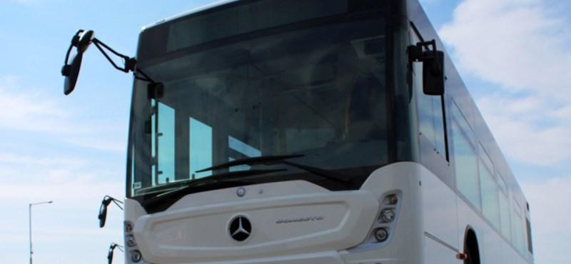 Bedeszkázott ajtóval indult el egy busz Budapestről Bajára