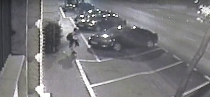 Videóra vette egy józsefvárosi kamera, ahogy a nő megrugdosott egy parkoló autót