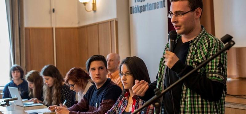 Tiltakozó diákok fórumoznak szombaton