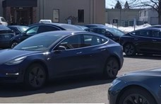 Gyere ide, Pajti! A Tesla is megcsinálja, amit KITT tudott – videó