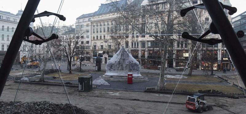 Egy fát már most kivágnak a Vörösmarty téren, aztán majd az összes többit is