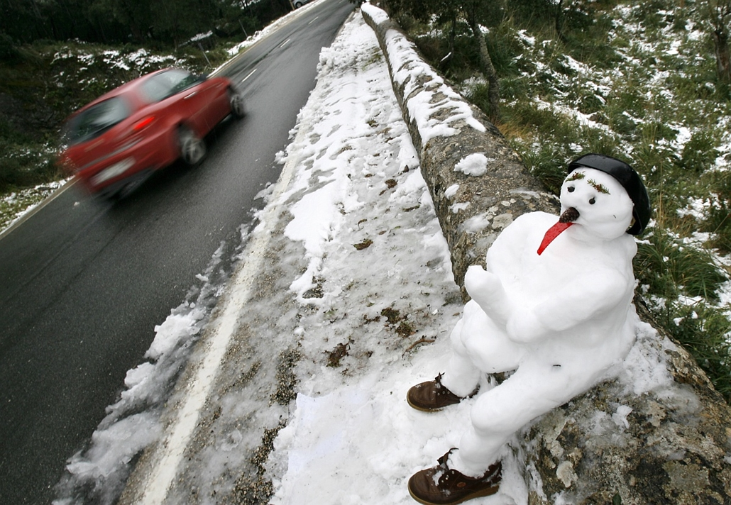 afp. hóember, 2010.03.10. Mallorca szigetén - Snow hit Spain's normally balmy Balearic Islands in the Mediterranean, a popular tourist destination, forcing the closure of 11 roads in the mountainous interior of the island.