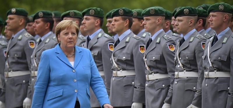 Merkelék most biztosra mentek: ültek a katonai ceremónia alatt