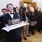 Nyakkendő-bemutató, pezsgőzés és eskütétel a Városházán
